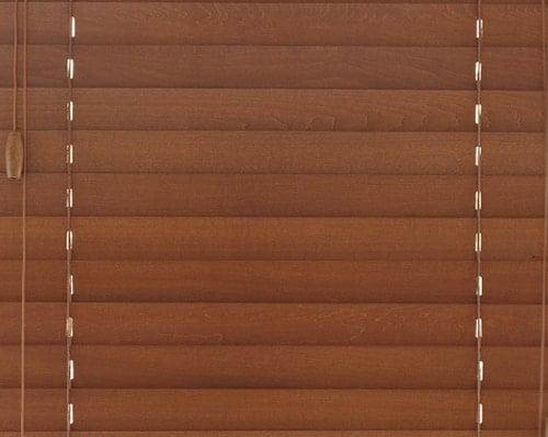 ミディアムブラウンの木製ブラインド