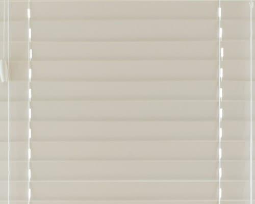 ホワイトの木製ブラインド