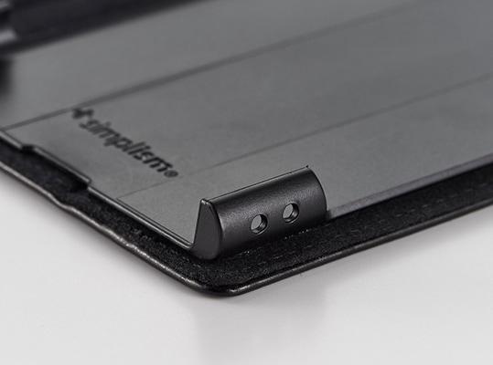 ストラップホール装備とハンドストラップ同梱で安心、安全