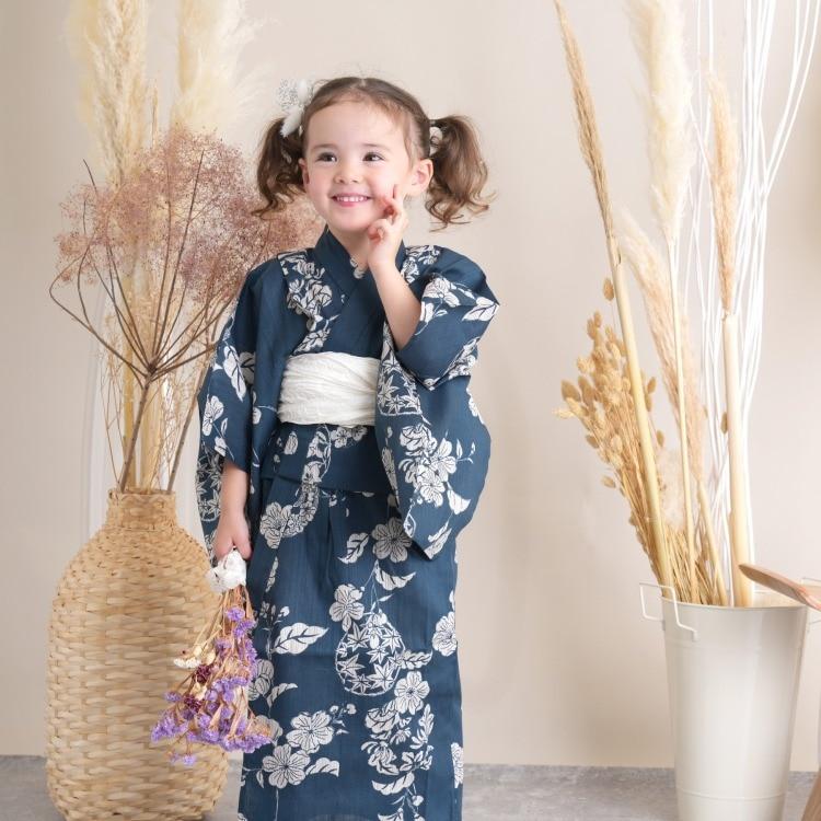 品番 6510187331 / utatane 女の子 浴衣3点セット(100cm)兵児帯 古典柄 レトロ アンティーク系 花 紺系(画像)