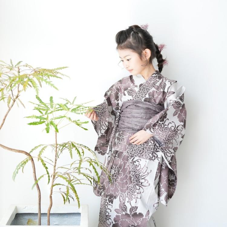 品番 6510188631 / utatane 女の子 浴衣3点セット(100cm)兵児帯 古典柄 レトロ アンティーク系 花 グレー系(画像)