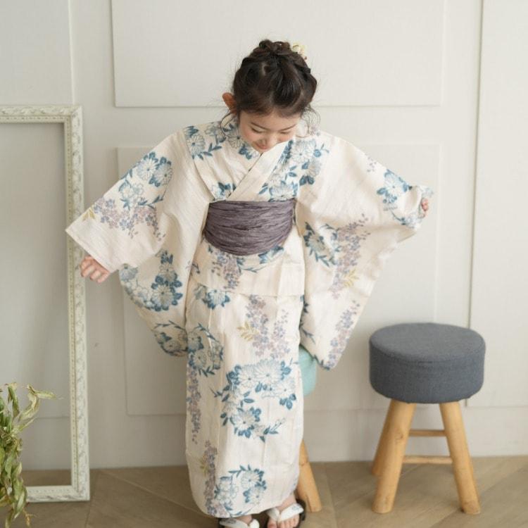 品番 6517188431 / utatane 女の子 浴衣3点セット(110cm)兵児帯 古典柄 レトロ アンティーク系 花 ベージュ系(画像)