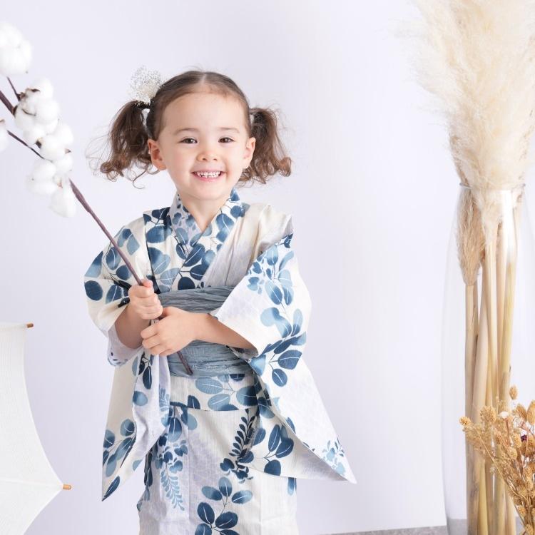 品番 6524188931 / utatane 女の子 浴衣3点セット(120cm)兵児帯 古典柄 レトロ アンティーク系 花 ベージュ系(画像)