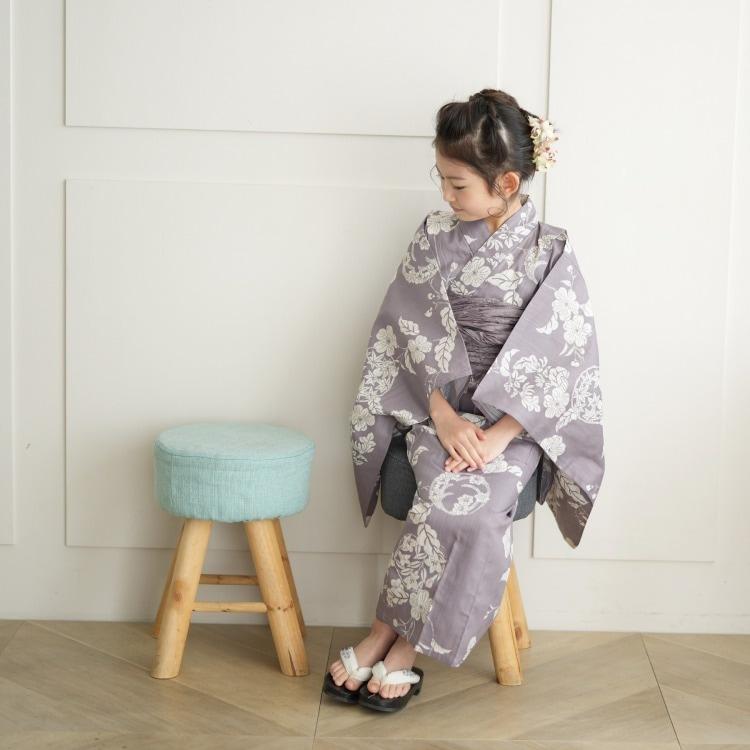 品番 6531187731 / utatane 女の子 浴衣3点セット(130cm)兵児帯 古典柄 レトロ アンティーク系 花 紫系(画像)