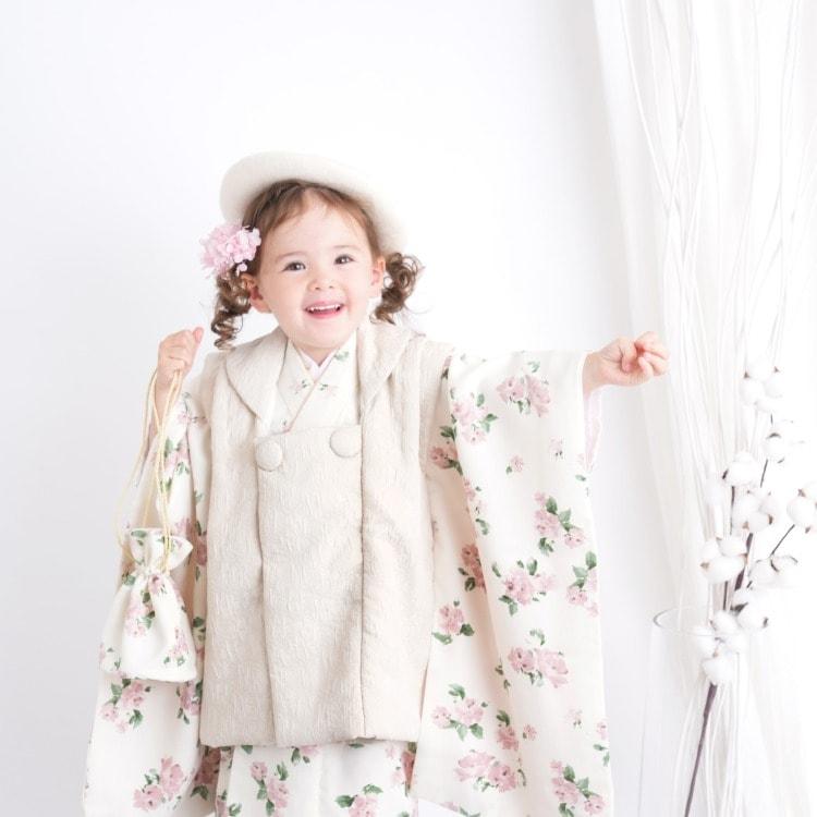 品番 6715612800 / utatane 女児(3歳)七五三 着物 被布セット 華やか 可愛い系 花柄 白系(画像)